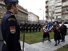 Praze 6 na Náměstí Svoboty si veteráni připomněli památku padlých letců 2. světové války.