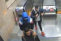 Policie hledá mladíka v červených teniskách. Napadl dva mladistvé.
