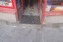 Prodavač z trafiky u Ortenova náměstí okřikl mladíka, který močil na zeď domu - se zlou se ale potázal. Dotyčný si na muže z trafiky vyšlápl.