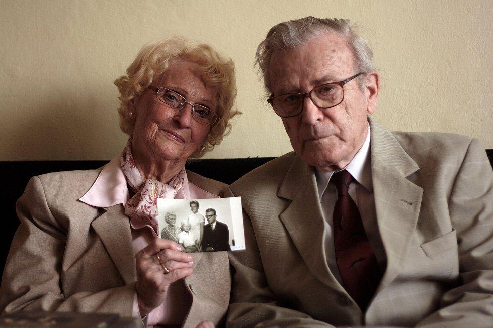 Pavel a Věra Olivovi s archivní rodinnou fotografií v roce 2011.