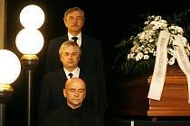 Poslední smuteční rozloučení s hercem Miroslavem Doležalem se konalo 17. dubna v historické části budovy Národního divadla.