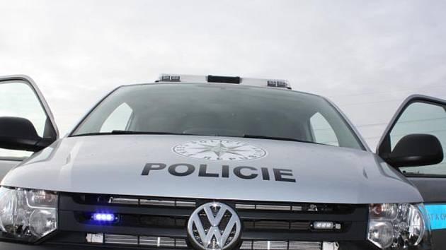 Řidič v kradeném autě najížděl na policisty, pronásledoval ho i vrtulník