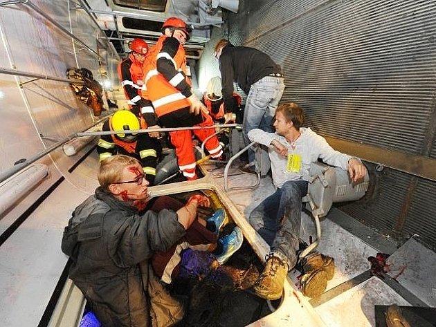 Cvičení krizové připravenosti 'Pražská 155': simulovaný zásah při noční srážce tramvaje s kamionem v Morstadtově ulici v oblasti Hládkova v Praze 6.