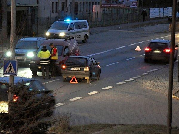 Sopatrností museli vpondělí večer déle než hodinu projíždět ulicí Přátelství vpražské Uhříněvsi řidiči mířící směrem od Říčan kcentru metropole. Dvě osobní auta se střetla přímo před redakcí Pražského deníku.
