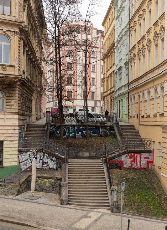 Schodiště mezi ulicemi Wenzigova a Bělehradská v Praze má v budoucnu zastínit nová lávka.