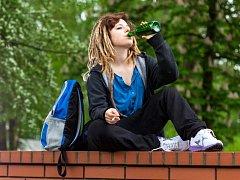 Pití v parku se nevyplácí, můžete za něj dostat pokutu až 10 tisíc korun. Ilustrační foto.