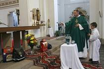Páter Wolvgang K. Horák požehnal školním aktovkám během mše, která se konala 7. září v kostele sv. Norberta ve Střešovicích.