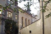 Důvod výstavby Vysoké synagogy s vchodem v prvním patře byl patrně také ten, že Židovské město bylo v minulosti až pětkrát do roka zaplavováno povodněmi a mnoho starších synagog v této lokalitě mělo podlahy často zatopeny a nebylo je možno využívat.