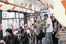 """JÍZDA ZDARMA a osvěta. Tramvaj DP proti AIDS se pro cestující stala zajímavou podívanou i dopravním prostředkem """"jako na zavolanou"""", který jim ušetřil čekání na běžnou tramvaj."""