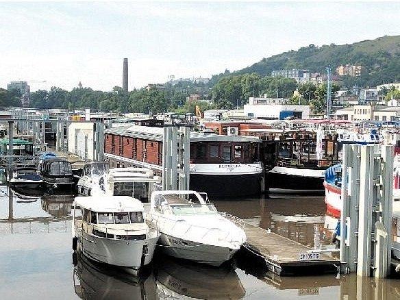 """AŤ VELKÉ, NEBO MALÉ, všechny lodě stačili jejich majitelé na pokyn pracovníků Státní plavební správy """"uklidit"""" do ochranného přístavu na pražském Smíchově."""
