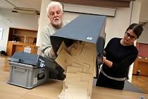 Odměny volebních komisařů podle státu. Za první první kolo prezidentských voleb dostane řadový člen komise 1300 korun. Předseda komise pak 1600 korun. Ve druhém kole dostanou všichni pouhých 200 korun. Radnice jsou nuceny dorovnávat odměny ze svého.