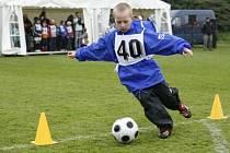 Na dětském dnu na Pražačce čekají děti nejen fotbalové miniturnaje, ale také třeba běh v pytli nebo hod kokosovým ořechem.
