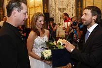 SVATBA. Slavný americký motorkář Jake Windham si včera v primátorově rezidenci vzal za ženu svoji lásku Jassiku. Foto: Deník/Vít Šimánek