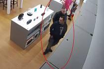 Policie hledá muže podezřelé z krádeže v elektru.