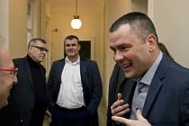 Obžalovaný advokát David Michal (vpravo) a Vzadu je další obžalovaný, jeden z bývalých majitelů firmy, Michal Urbánek (druhý zleva)