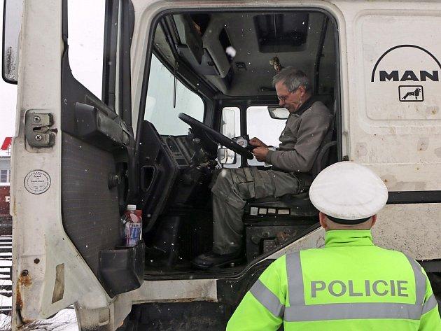 Silniční kontrola kamionů. Ilustrační foto.