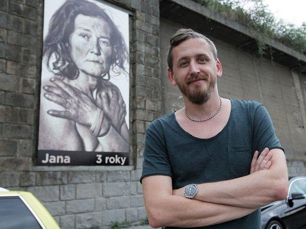 Zahájení výstavy velkoformátových fotografií letenských bezdomovců od Tomáše Třeštíka. Vernisáž se konala na schodech u vjezdu do Letenského tunelu v Praze.