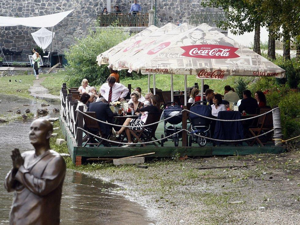 Restaurační zahrádky v historickém centru Prahy nesmí mít například výrazné reklamy na slunečnících.