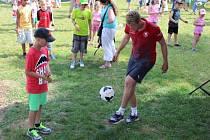 Fotbal bavil návštěvníky Kašpárkohraní v Letenských sadech v Praze.