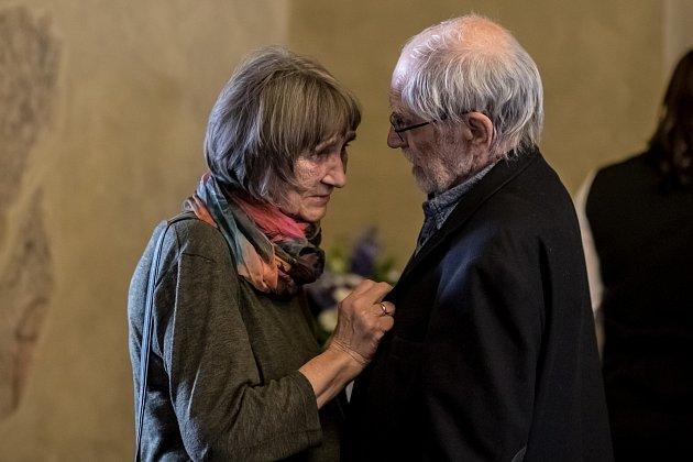 Dana Němcová, mluvčí Charty 77, byla 25. dubna v Praze představena jako laureátka letošní Ceny Arnošta Lustiga. Na snímku s Jiřím Stránským.