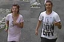 Mladý pár strhával starším ženám zlaté řetízky z krku