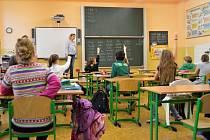 Inkluzi zažívají žáci čtvrté třídy Základní školy Vodičkova v Praze denně. Podle pedagožek je začleňování žáků se speciálními potřebami prospěšné. Peněz na asistenty by ovšem bylo potřeba víc.