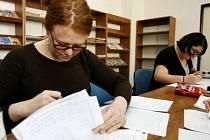 Lektorky angličtiny Kassidee Kennedy (vlevo) a Amy Mann opravovaly 21. dubna písemné testy z anglického jazyka k přijímacím zkouškám na Gymnázium v Praze 6.
