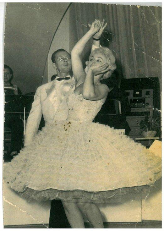 Dr. Josef Chrastil se svou tehdejší taneční partnerkou a manželkou Libuší při vystoupení na plese v Malém sále Domu kultury a kovoprůmyslu (dnes Národního domu na Smíchově) v Praze 5.