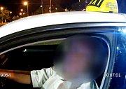 Zadržení taxikáře se zákazem řízení.
