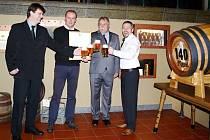 Na slavnostním předání se sešli zprava sládek Vojtěch Homolka, starosta Velkých Popovic Ivan Boleslav, ředitel pivovaru Jaroslav Hacko a bývalý sládek Jiří Fusek.