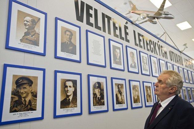 Prezident Zeman otevřel expozici ovelitelích a historii kbelského letiště.