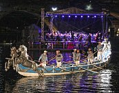 Cavalli brázdí vodu za doprovodu vážné hudby. Barokní lodě využívala především benátská aristokracie k prezentaci svého bohatství a moci.