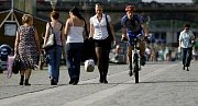 Na pražské náplavce se častým problémem stává, že v pruzích pro cyklisty chodí chodci a cyklisti je musí v plné rychlosti objíždět.