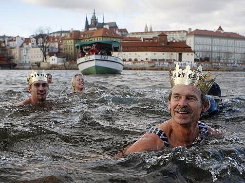 Tříkrálová plavba otužilců pod Karlovým mostem v centru Prahy proběhla 6. ledna.