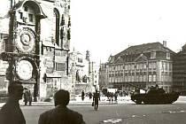 Takový pohled, kdy jsou na jednom snímku tank a orloj Staroměstské radnice, se už snad opakovat nebude. Jedině ve filmu.