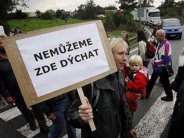 Obyvatelé pražského Spořilova blokádou Spořilovské ulice protestovali 20. září proti hluku a splodinám, které způsobují projíždějící kamiony z Jižní spojky mířící na Pražský okruh.