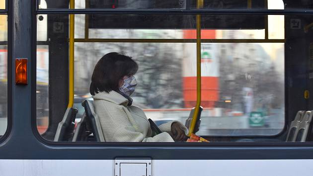 Cestující v MHD s rouškou. Ilustrační foto