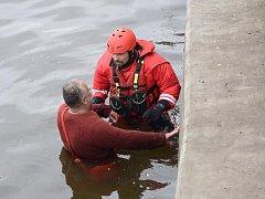 Pražští hasiči museli v neděli odpoledne zachraňovat z Vltavy cizince.
