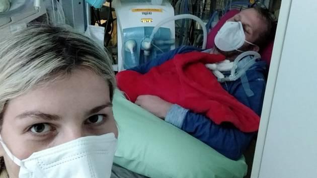 KLOKÁNKOVÁNÍ. Jan Zákostelecký se ženou Marcelou chodí denně na několik hodin zahřívat svá dvojčátka.