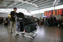 I nová výše letištní taxy zůstává stále o něco levnější než například na letišti v německém Berlíně (cca 560 Kč na osobu).