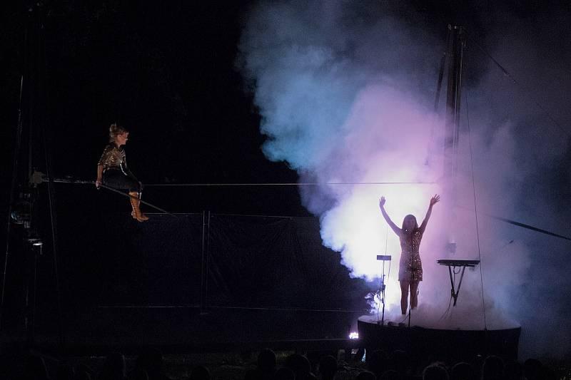 Festival adrenalinově zahájila provazochodkyně Johanne Humblet, která na Open Air scéně vysoko nad hlavami diváků zdolává jeden risk za druhým. Za své vystoupení sklidila bouřlivý potlesk, diváků sedících na zemi v trávě arény pod širým nebem. Vystoupení