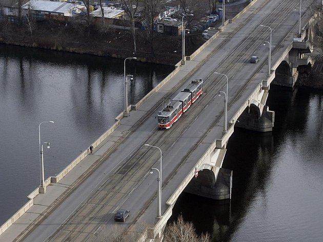 ZÁCHRANA NEJISTÁ. Libeňský most už slouží přes 80 let a potřebuje opravu. Možná na ni ale nedojde.