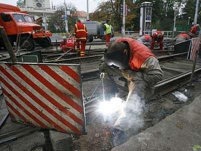 Aby Dopravní podnik zkrátil čas, kdy je rekonstuována tramvajová křižovatka na Karlově náměstí, zavedl i noční práce.