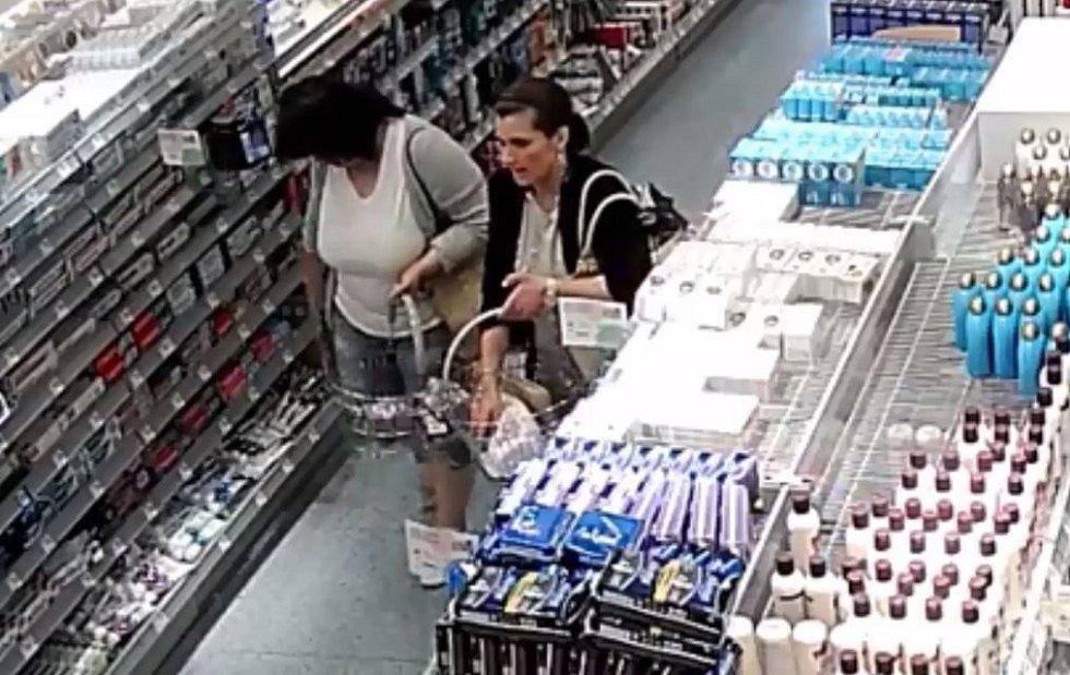 Ženy podezřelé z krádeže v drogerii na Chodově.