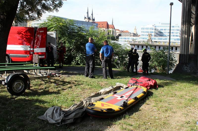 Pátrání ve Vltavě u Hlávkova mostu po muži, který podle svědků sundal batoh a skočil do Vltavy.