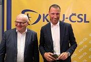 Čekání na výsledky voleb ve štábu KDU-ČSL, na snímku zleva Daniel Herman a Jan Wolf..