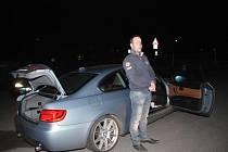Honička za ujíždějícím řidičem byla v únoru roku 2014 na počátku kauzy, kterou pražští kriminalisté nyní po roce vedou jako rozsáhlý případ prodeje padělků luxusního zboží prostřednictvím internetu.
