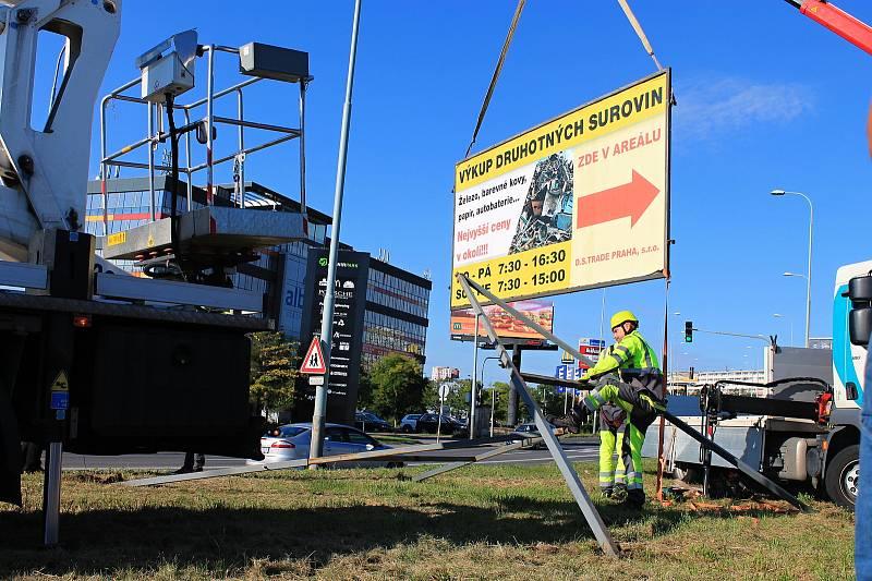 Odstraňování nelegálních billboardů v Praze (ilustrační foto).