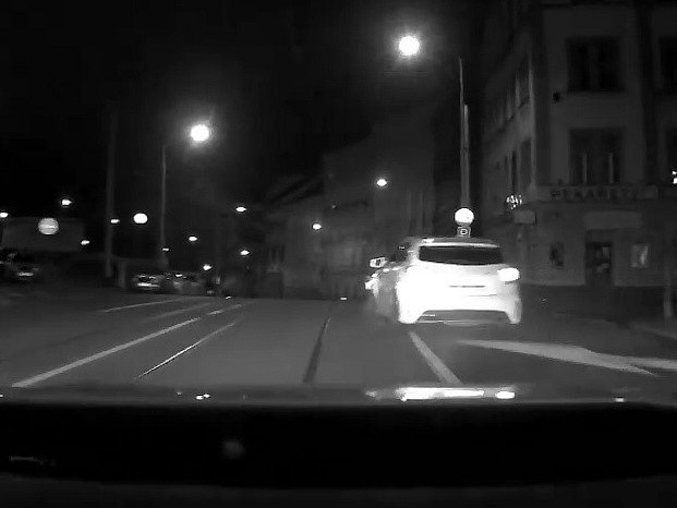 Honička se rozpoutala necelé dvě hodiny po půlnoci, kdy hlídka pohotovostní motorizované jednotky zaměřila svou pozornost na mercedes projíždějící v centru Prahy Wilsonovou ulicí.