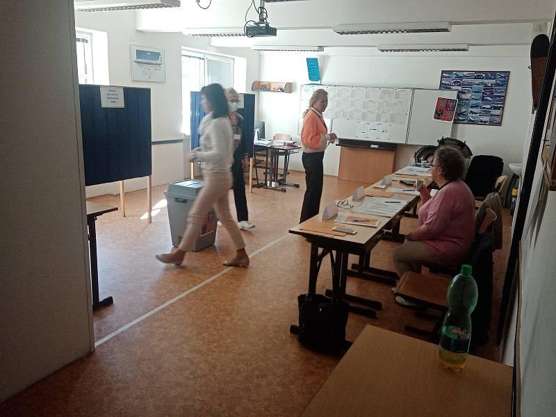 Volby 2021 v budově Střední odborné školy civilního letectví, která sídlí nedaleko obchodního centra Šestka.